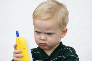 Ребенок с мобилкой
